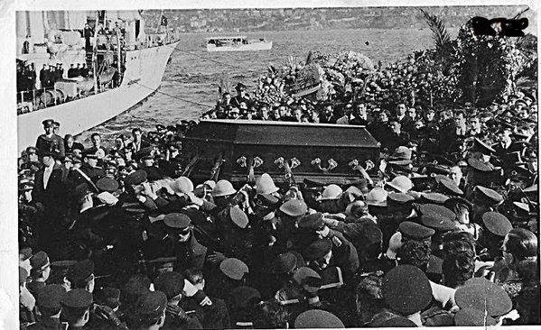 Sarayburnun'dan Zafer Torpidosuna alınan Atatürk'ün naaşı, izmit'e gitmek üzere Yavuz Zırhlısına naklediliyor.